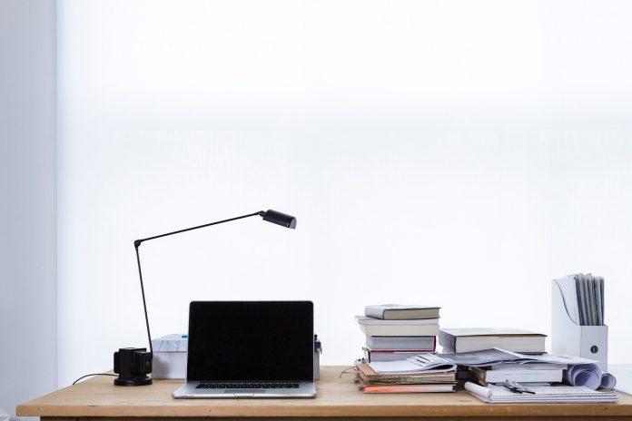 Inred din arbetsplats med skrivbordslampor, taklampor och golvlampor för god ergonomi | Nyhetsgram